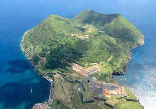 O Monte Brasil, vendo-se em primeiro plano a fortaleza do quartel do RG3